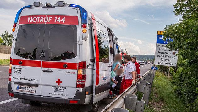 Die Familie wurde zur Sicherheit ins Spital gebracht, überstand den Unfall aber beinahe unverletzt. (Bild: BFK Baden/Stefan Schneider)