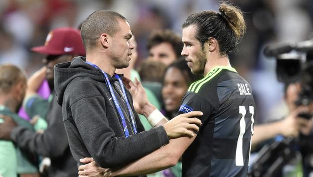 Real-Madrid-Kollege Gareth Bale gratuliert dem verletzten Pepe zum Einzug ins Finale. (Bild: ASSOCIATED PRESS)