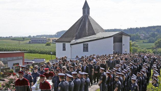 Getöteter Polizist (23) mit allen Ehren beigesetzt (Bild: APA/GERT EGGENBERGER)