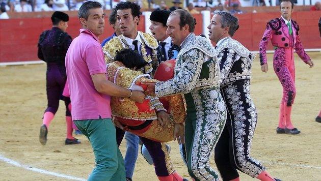 Horror-Video: Spanischer Torero von Stier getötet (Bild: EPA)