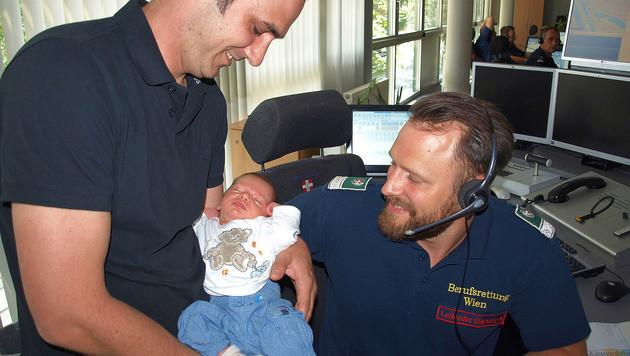 Vater Jens T., Julian und Sanitäter Markus Bzenetzky (rechts) (Bild: APA/BERUFSRETTUNG WIEN)