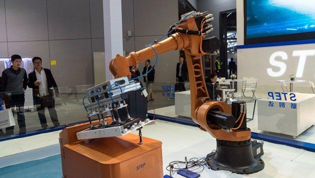 Chef der Deutschen Post schlägt Robotersteuer vor (Bild: APA/AFP/STR)