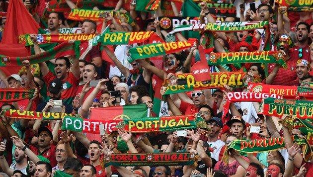 Der portugiesische Fanblock (Bild: APA/AFP/PHILIPPE DESMAZES)