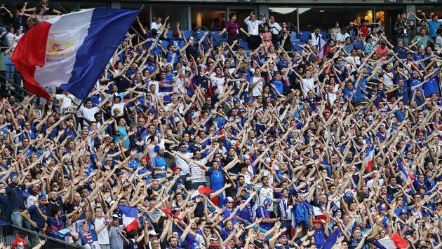 Der französische Fanblock im Finale in Saint Denis. (Bild: APA/AFP/VALERY HACHE)