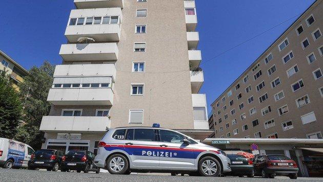In diesem Gebäude in Salzburg fanden die Ermittler den ermordeten 30-Jährigen. (Bild: MARKUS TSCHEPP)