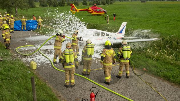 Die Feuerwehr löschte das brennende Flugzeugwrack. (Bild: Nikolaus Faistauer Photography)