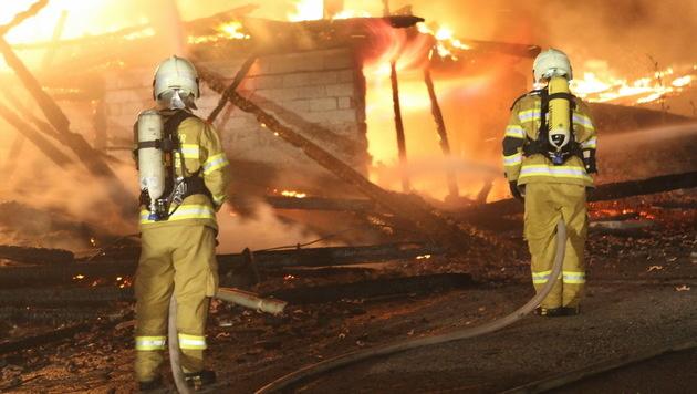 Feuerwehrleute bei der Brandbekämpfung (Bild: APA/FMT-PICTURES/MARIO POMWENGER)
