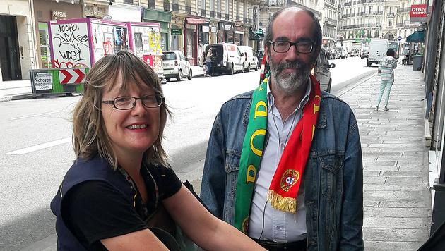 """Jose (hier mit Postbeamtin Daniela): """"Die EM war für uns Portugiesen und für Frankreich ein Erfolg!"""" (Bild: Krone/Mayerhofer)"""