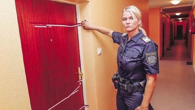 Im Haus Elisabethstraße 5a, fünfter Stock: Polizeisprecherin Valerie Hillebrand zeigt den Tatort. (Bild: Markus Tschepp)