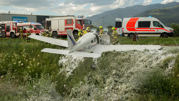 Die Maschine schlug in dem Graben gleich neben Radweg und Bundesstraße auf. (Bild: Nikolaus Faistauer Photography)