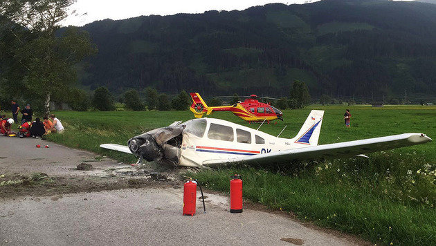 Das zerstörte Kleinflugzeug nach den Löscharbeiten (Bild: ROTES KREUZ/LANDESVERBAND SALZBURG)