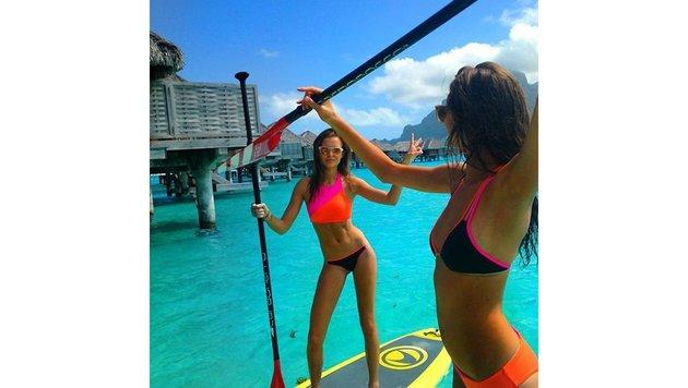 Model Josephine Skriver hat die perfekte Haltung am Surboard. (Bild: Viennareport)