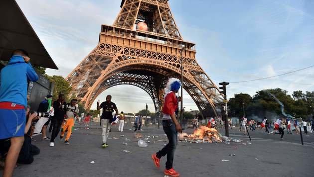 Ausschreitungen in Paris: Fans attackieren Polizei (Bild: APA/AFP/ALAIN JOCARD)