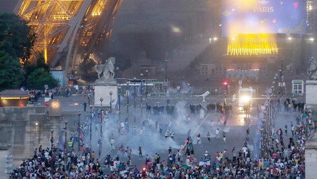 Ausschreitungen in Paris: Fans attackieren Polizei (Bild: AP)