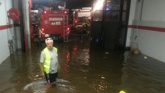 Das überflutete Feuerwehrhaus in Weerberg (Bild: APA/ZOOM.TIROL)
