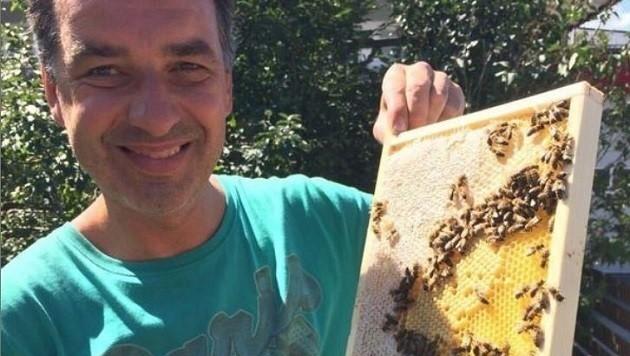 """In der """"Krone"""" erklärt LAbg. Rupert Fuchs (Grüne), selbst Imker, die Ursachen für die Honig-Krise. (Bild: Rupert Fuchs)"""