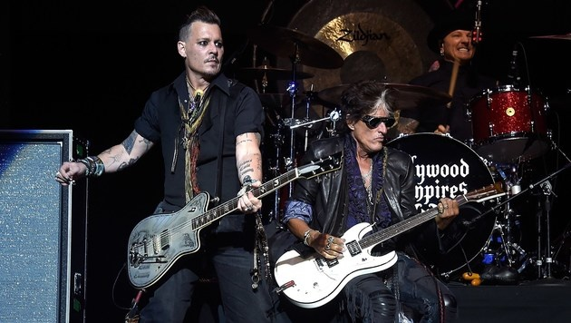 Joe Perry (rechts) mit Johnny Depp und den Hollywood Vampires auf der Bühne (Bild: APA/AFP/Getty Images/Kevin Mazur)