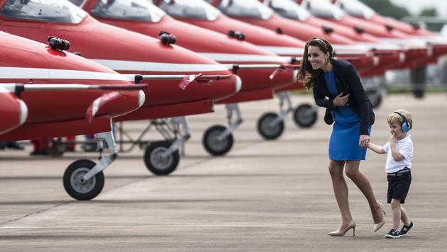 Prinz George durfte Papas Militärflugzeuge bestaunen. (Bild: Edward Low)