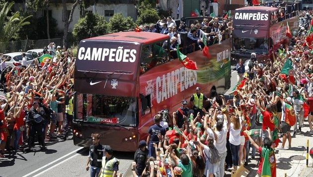 So feierten Cristiano Ronaldo und Co. den EM-Titel (Bild: EPA)