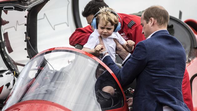 Prinz George durfte in einem Flieger Probe sitzen. (Bild: APA/AFP/POOL/RICHARD POHLE)