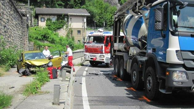 Pkw rast in Gegenverkehr - 1 Toter, 3 Verletzte (Bild: APA/FF EBENSEE)
