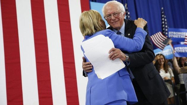 Konkurrent Sanders unterstützt offiziell Clinton (Bild: AP)