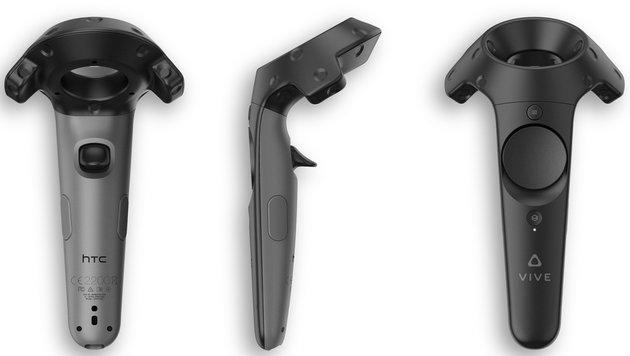 Die Controller erinnern ein wenig an Nintendos WiiMote und erlauben die intuitive VR-Steuerung. (Bild: HTC)