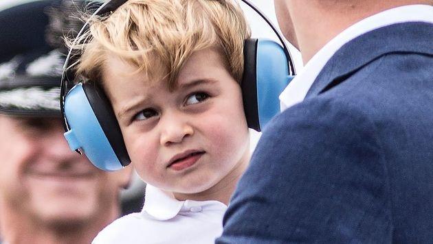 Prinz George mit großen Kopfhörern (Bild: AFP)