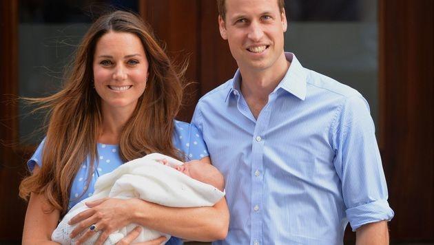 Die stolzen Eltern mit dem neugeborenen Prinz George (Bild: LEON NEAL/AFP/picturedesk.com)