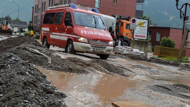 Schlamm und Schutt türmten sich auf den Straßen in Imst. (Bild: APA/ZEITUNGSFOTO.AT)