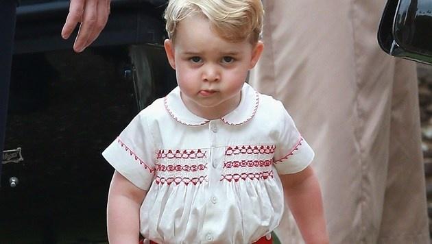 Prinz George bei der Taufe seiner Schwester Prinzessin Charlotte (Bild: AFP)