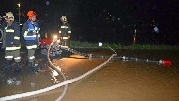 Einsatzkräfte der Feuerwehr während der Abpumparbeiten in Oberösterreich (Bild: APA/BFKDO SCHÄRDING)