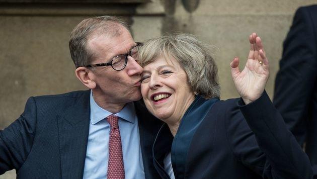 Küsse von Ehemann Philip John für die neue Premierministerin Theresa May (Bild: APA/AFP/CHRIS RATCLIFFE)
