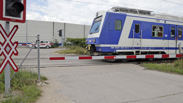 Unter diesem Schranken hindurch lotsten Lehrerinnen 83 Schulkinder über die Gleise bei Leobendorf. (Bild: Klemens Groh)