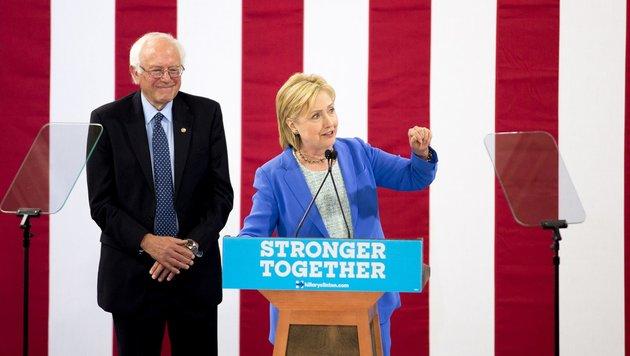 Konkurrent Sanders unterstützt offiziell Clinton (Bild: AFP)