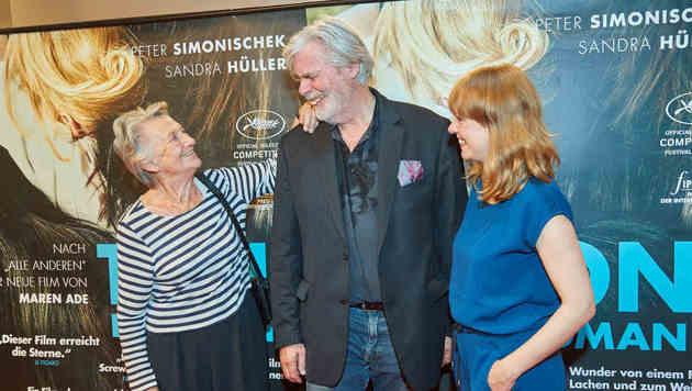 """""""Einen schönen Mann kann nichts entstellen"""" - Ingrid Burkhard (li.) und Maren Ade mit Simonischek (Bild: Starpix/ Alexander TUMA)"""
