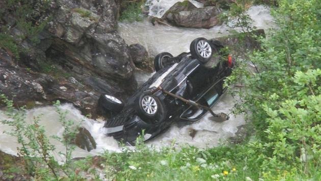 Das voll besetzte Auto stürzte über einen Hang und landete im Ursprungbach. (Bild: APA/ROTES KREUZ LIEZEN)