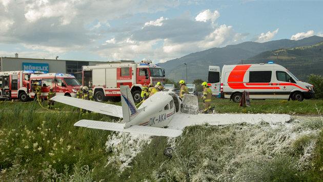Zeugen löschten das brennende Kleinflugzeug. (Bild: Niki Faistauer)