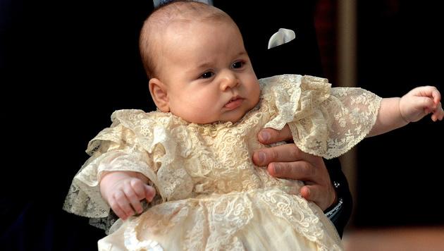 Prinz George bei seiner Taufe (Bild: JOHN STILLWELL, ANDREW COWIE/AFP/picturedesk.com)