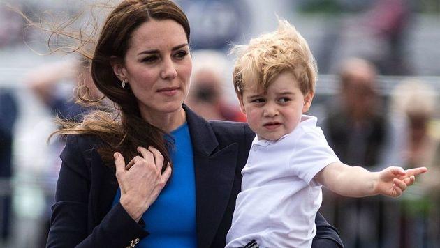 Prinz George mit seiner Mama Kate am Flugplatz (Bild: AFP)