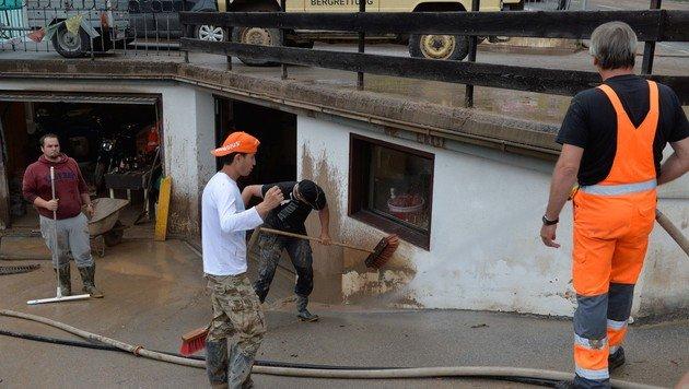 Aufräumarbeiten nach den heftigen Unwettern in Imst in Tirol (Bild: APA/ZEITUNGSFOTO.AT)