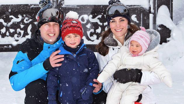 So süß! Die Royal-Family ließ sich im Winterurlaub knipsen. (Bild: APA/AFP/POOL/JOHN STILLWELL)