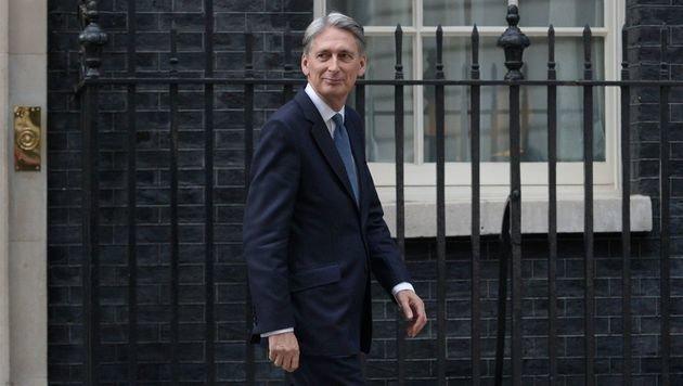 Philip Hammond bleibt in der britischen Regierung, allerdings ist er nun Finanzminister. (Bild: APA/AFP/OLI SCARFF)