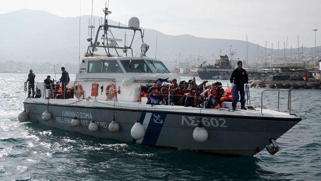 Die griechische Küstenwache mit vor Lesbos aufgegriffenen Flüchtlingen (Bild: AFP/Stringer)