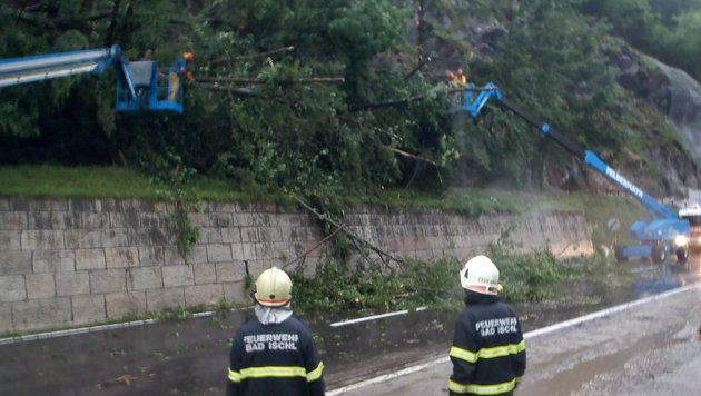 Kräfte der Feuerwehr im Einsatz in Bad Ischl (Bild: APA/FF BAD ISCHL)