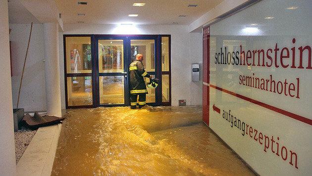 Das Wasser erreichte das Schloss und das angrenzende Seminarhotel. (Bild: Markus Hackl/Presseteam BFK BADEN)
