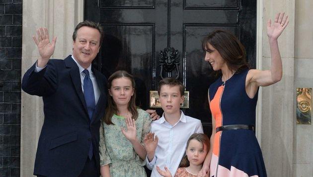 David Cameron verabschiedete sich mitsamt Familie aus Downing Street 10. (Bild: APA/AFP/OLI SCARFF)