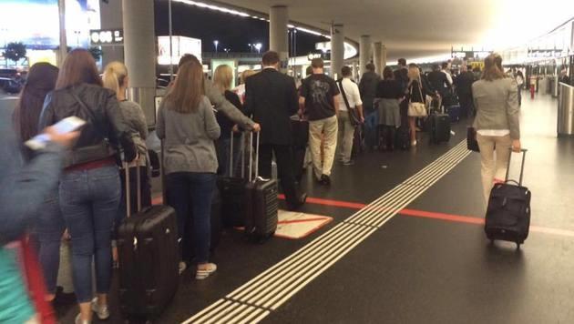 Zahlreiche Menschen warteten Dienstagnacht auf ein Taxi am Wiener Flughafen. (Bild: Marion Gruber)