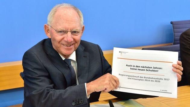 Zufriedener deutscher Finanzminister Schäuble: Auch in den nächsten Jahren keine neuen Schulden! (Bild: APA/AFP/JOHN MACDOUGALL)