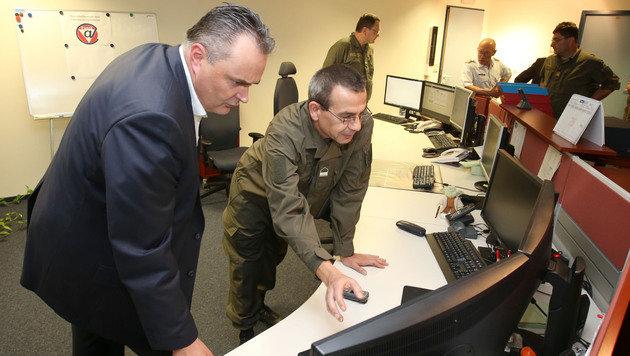 Verteidigungsminister Doskozil im Herzen des Bunkers (Bild: Zwefo)